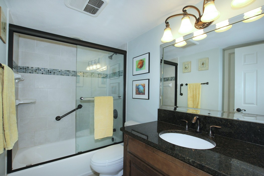 Guest bathroom with private access from bedroom