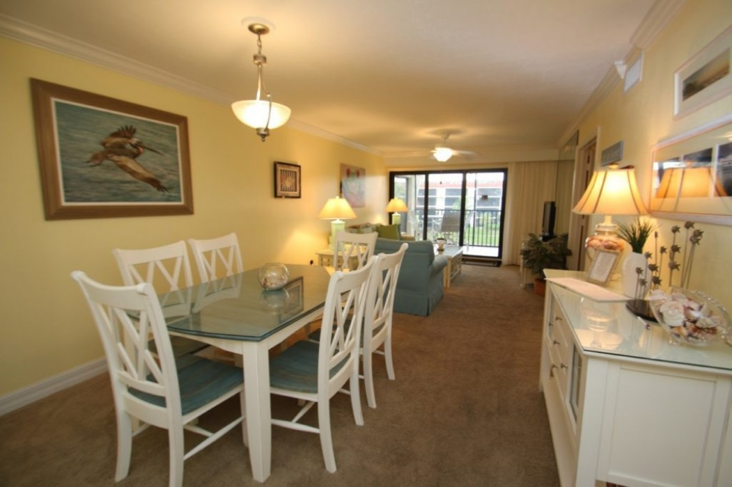 SPACIOUS LIVING/DINING AREAS!
