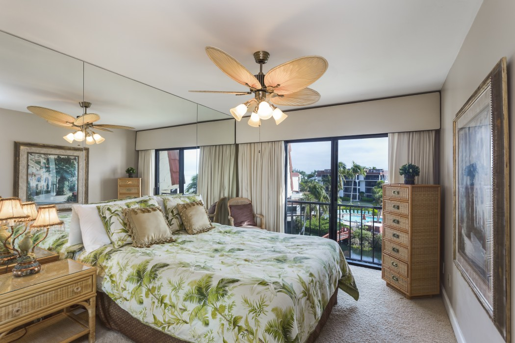Guest room with queen bed and gorgeous views of the tropical gardens and ocean.