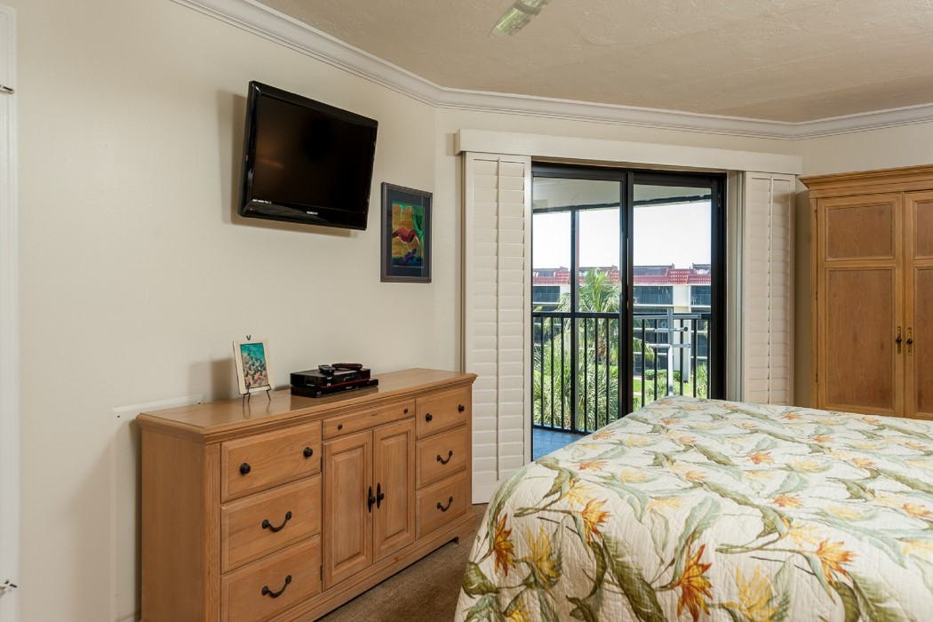 The comfortable master bedroom has a king bed, HDTV, and great views thru the lanai door!