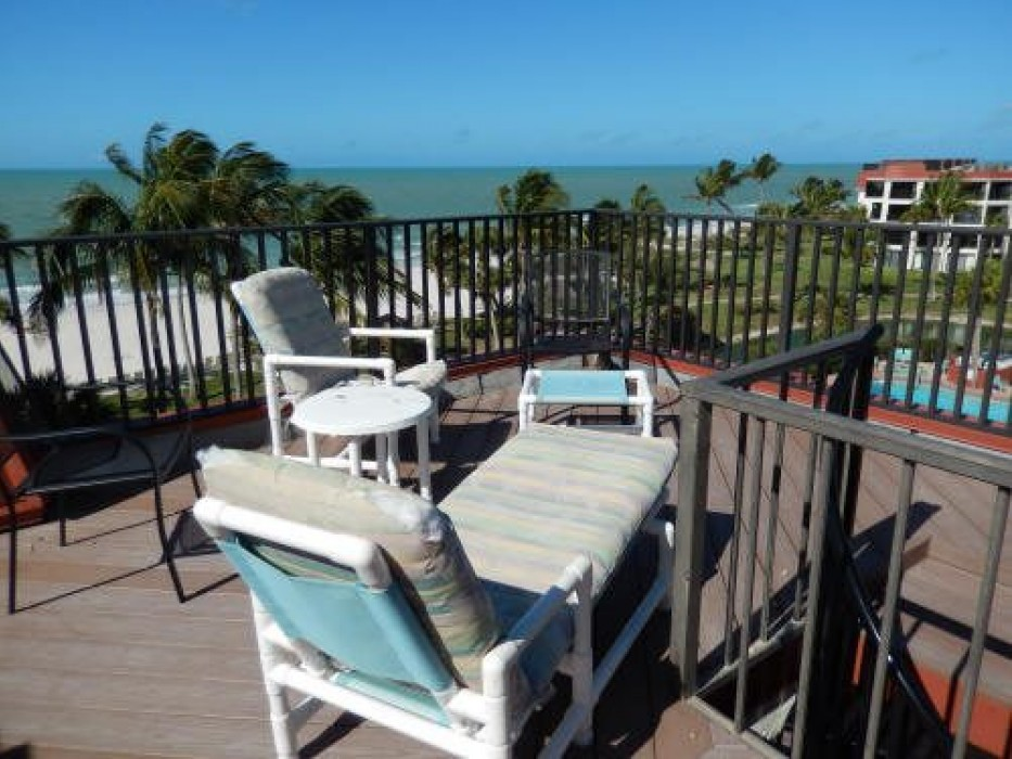 Sundeck with chaise lounges and extra seating