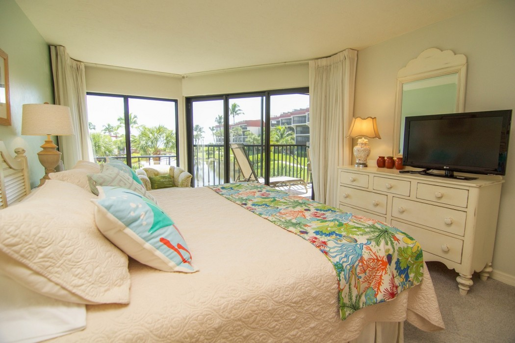 King bed - sliders open to the lanai